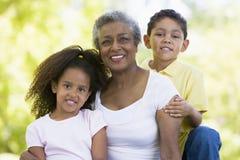 Het stellen van de grootmoeder met kleinkinderen Royalty-vrije Stock Foto
