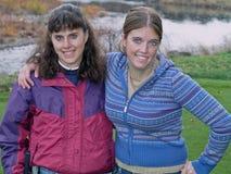Het stellen van de moeder en van de dochter op een golfcursus Royalty-vrije Stock Foto's