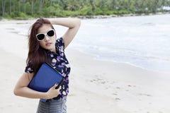 Het stellen van de onderneemster bij strand royalty-vrije stock afbeelding