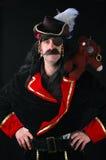 Het stellen van de piraat met beer op schouder Royalty-vrije Stock Afbeeldingen