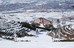 Het stellen van de skiër op helling in Turkse skitoevlucht Stock Afbeelding