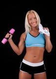 Het stellen van de sportvrouw met domoren Stock Foto's