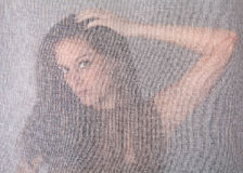 Het Stellen van de vrouw achter Transparant Gordijn Stock Afbeeldingen