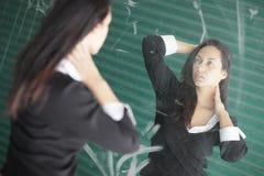 Het stellen van de vrouw in de spiegel Royalty-vrije Stock Foto's