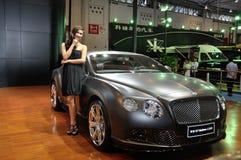 Het stellen van de vrouw dichtbij auto bij de Show van de Motor Chengdu 2012 Royalty-vrije Stock Afbeelding