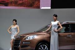Het stellen van de vrouw dichtbij auto bij de Show van de Motor Chengdu 2012 Royalty-vrije Stock Foto