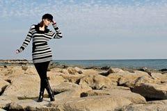 Het stellen van de vrouw dichtbij het meer Royalty-vrije Stock Fotografie