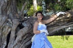 Het stellen van de vrouw door boom Stock Foto's