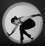 Het stellen van de vrouw in een cirkel royalty-vrije stock fotografie