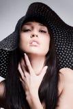 Het stellen van de vrouw in een hoed Stock Foto's