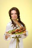 Het stellen van de vrouw met een barbecue Stock Foto's