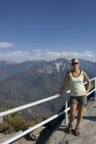 Het stellen van de vrouw op de berg Royalty-vrije Stock Foto's