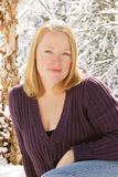Het stellen van de vrouw in sneeuw Royalty-vrije Stock Afbeelding