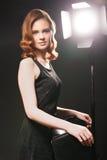 Het stellen van de vrouw in studio royalty-vrije stock afbeeldingen