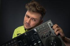Het stellen van DJ met mixer Royalty-vrije Stock Foto's