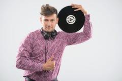 Het stellen van DJ met vinyl omhoog verslag en duim Stock Foto's