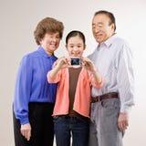 Het stellen van grootouders en van de kleindochter Royalty-vrije Stock Afbeeldingen