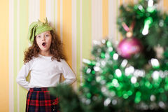 Het stellen van het meisje dichtbij Kerstmisboom royalty-vrije stock afbeeldingen