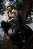 Het stellen van het meisje met akoestische gitaar Stock Afbeelding