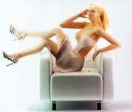 Het stellen van het meisje op stoel Royalty-vrije Stock Afbeeldingen