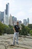 Het stellen van Rafael Nadal van de US Open 2013 kampioen met US Opentrofee in Central Park Stock Foto