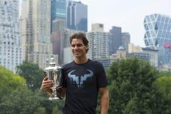 Het stellen van Rafael Nadal van de US Open 2013 kampioen met US Opentrofee in Central Park Stock Fotografie