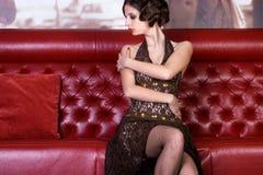 Het stellende meisje bij restaurant Stock Foto's
