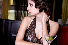 Het stellende meisje bij restaurant Royalty-vrije Stock Fotografie