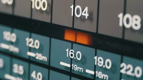 Het stemmen analoge radiowijzerplaatfrequentie op schaal van de retro ontvanger stock footage