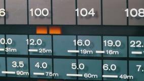 Het stemmen analoge radiowijzerplaatfrequentie op schaal van de retro ontvanger stock videobeelden