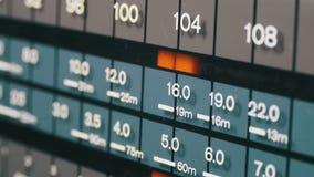 Het stemmen analoge radiowijzerplaatfrequentie op schaal van de retro ontvanger stock video