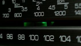 Het stemmen de schaal van het controlebordradiostation Retro radioontvanger, close-up stock videobeelden