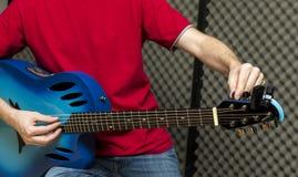 Het stemmen van de gitaar Stock Foto's