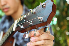 Het stemmen van de gitaarkoorden stock afbeeldingen
