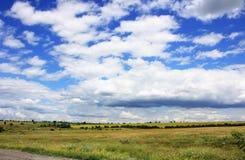Het steppelandschap met een mooie hemel Stock Afbeeldingen