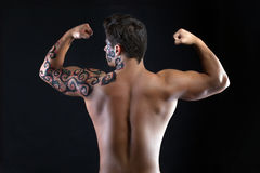 Het sterke kerel stellen shirtless, terug naar camera Royalty-vrije Stock Fotografie