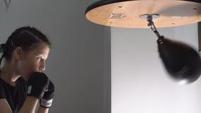 Het sterke Tienermeisje werkt de builen in opleiding voor het In dozen doen uit Langzame Motie stock videobeelden