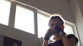 Het sterke Tienermeisje werkt de builen in opleiding voor het In dozen doen uit Langzame Motie stock footage