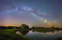 Het sterrige landschap van de Nacht royalty-vrije stock afbeeldingen