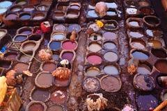 Het sterven van mensen huiden bij kleurrijke looierij Royalty-vrije Stock Foto's