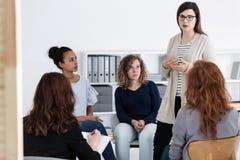 Het steunen van elkaar tijdens de vergadering van de psychotherapiegroep royalty-vrije stock afbeelding