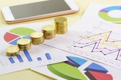 Het stijgen in de grootte van de stapel gouden muntstukken is op gekleurde grafieken Visuele analyse van de staat van de zaken royalty-vrije stock afbeelding