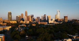 Het stijgen in de hemel voor een Luchtmening van Charlotte NC stock footage
