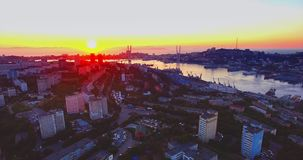 Het stijgen luchtmening van Vladivostok, Gouden Hoornhaven bij zonsondergang Rusland stock videobeelden