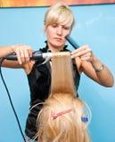 Het stileren van het haar in een schoonheidssalon Stock Foto's