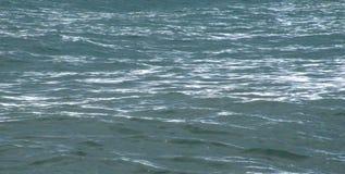 Het stille blauwe overzees in stralen van de dagzon stock afbeeldingen