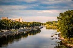 Het stille landschap van de de bezinningsherfst van de stadsrivier Het panorama van het rivierwater Rivier Pina in Pinsk-stad, Wi stock foto
