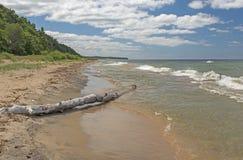 Het stille Strand van de Meerkust op de Grote Meren stock afbeeldingen