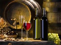 Het stilleven met rode wijn en vaten