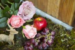 Het stilleven met roze van nam toe naast en herten ceramisch pleister Stock Foto's
